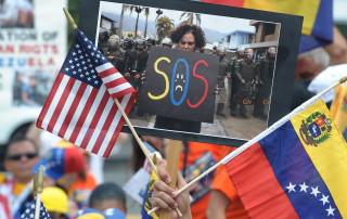 """WAS04. WASHINGTON (EE.UU.), 9/05/2014.- Un grupo de venezolanos se manifiesta hoy, viernes 9 de mayo de 2014, en Washington (EE.UU.). Cientos de venezolanos llegaron hoy a esta ciudad desde distintos puntos de Estados Unidos en una """"caravana por la libertad"""" para pedir sanciones contra el Gobierno de Nicolás Maduro, iniciativa que apoyan algunos congresistas en castigo por la represión violenta de las protestas en Venezuela. Con el lema """"Trip for Freedom (Viaje por la libertad)"""", organizaciones civiles de Miami fletaron tres autobuses, con cerca de 200 personas, a los que se sumaron vehículos particulares procedentes de 19 estados y decenas de venezolanos residentes en la capital. EFE/LENIN NOLLY"""